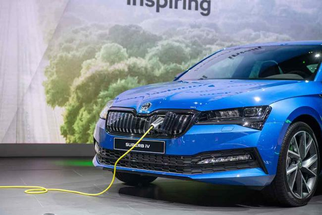 On connaît les prix de la Skoda Superb iV, la version hybride
