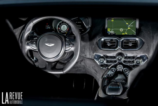 Interieur_aston-martin-v8-vantage-2018-vs-bmw-m850i-xdrive_7