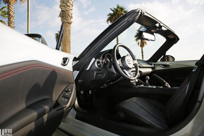 Interieur_Mazda-MX-5-2.0_38