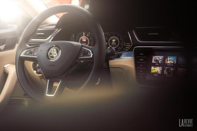 Interieur_skoda-superb-iv-laurin-klement-la-berline-hybride-rechargeable-a-l-essai_0