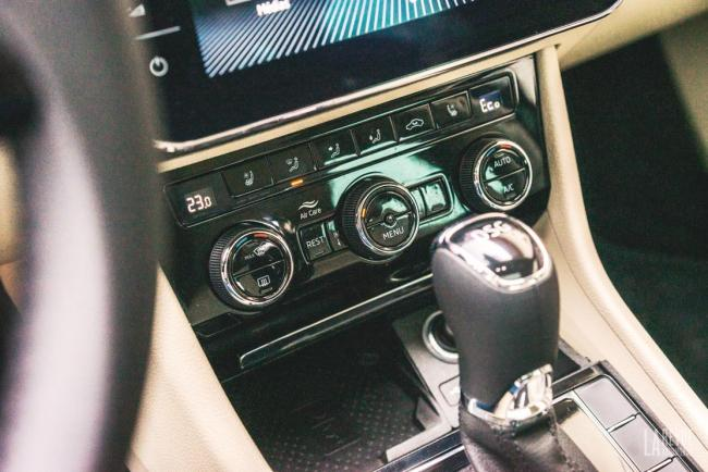 Interieur_skoda-superb-iv-laurin-klement-la-berline-hybride-rechargeable-a-l-essai_2