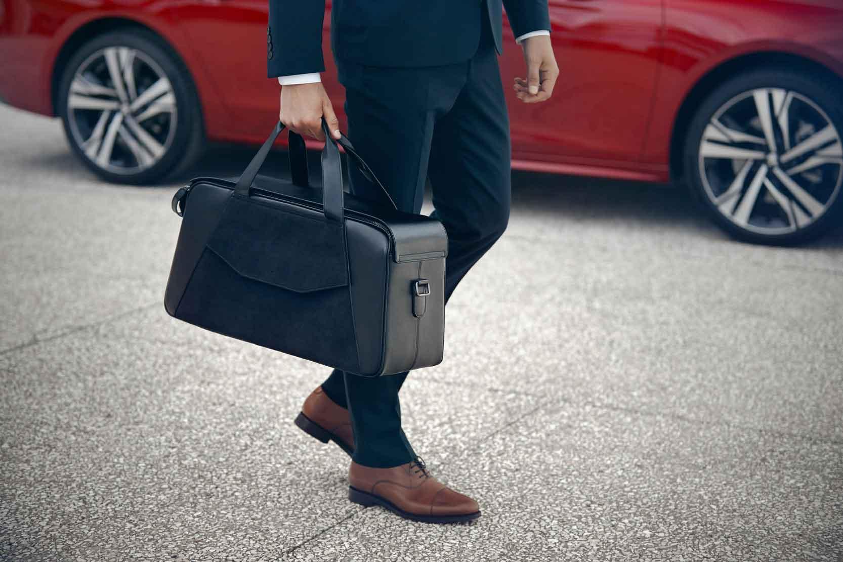 peugeot > un ligne de bagages en cuir et alcantara pour la peugeot 508