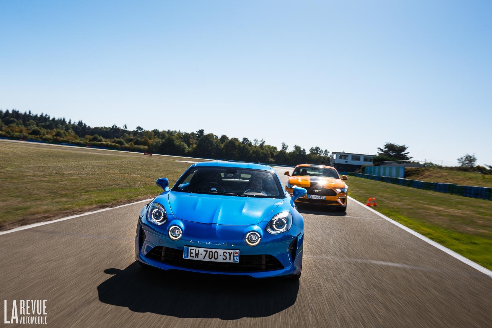 Match entre la Ford Mustang GT et l'Alpine A110