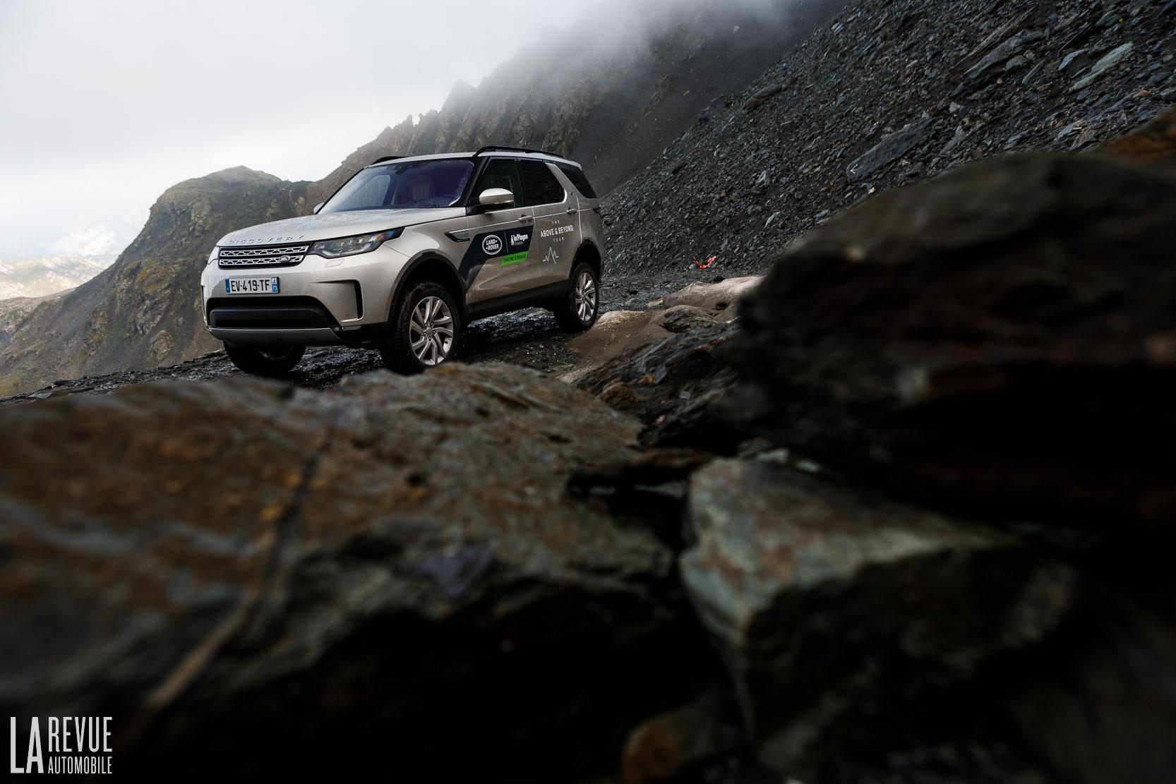 Le Lande Rover Discovery est capable de franchir des montagnes