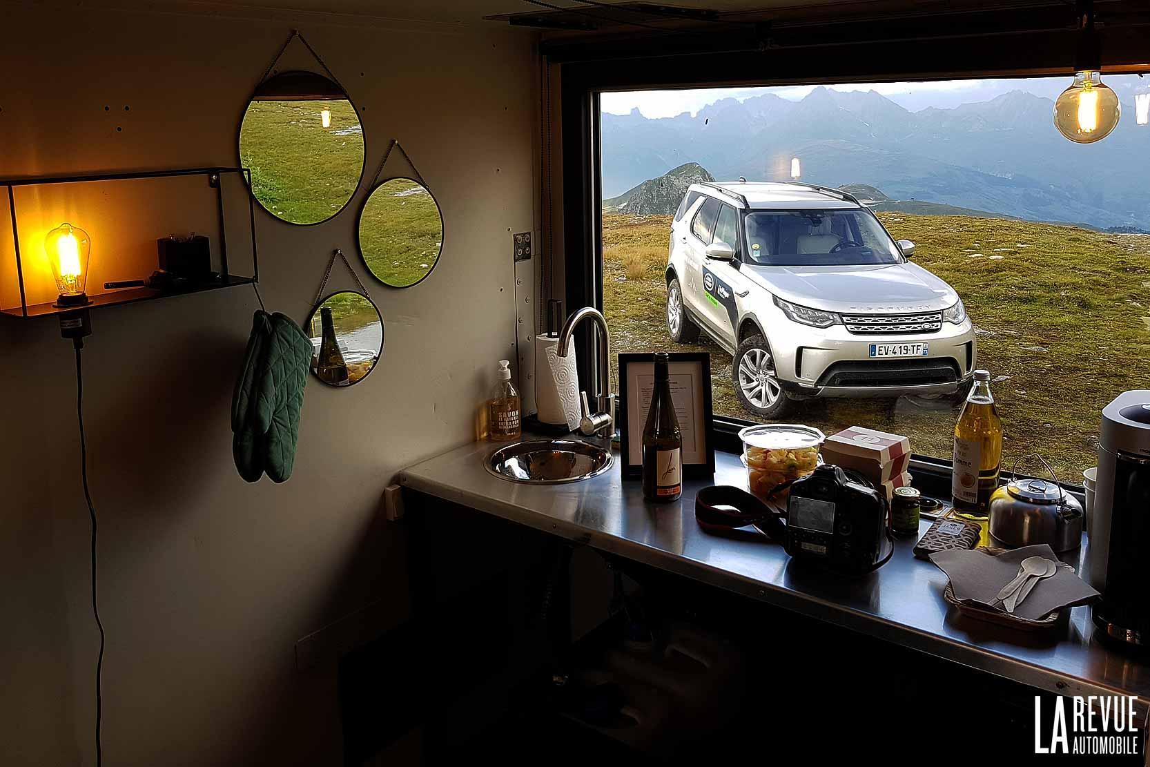 A l'intérieur d'un Shelter le Land Rover Discovery