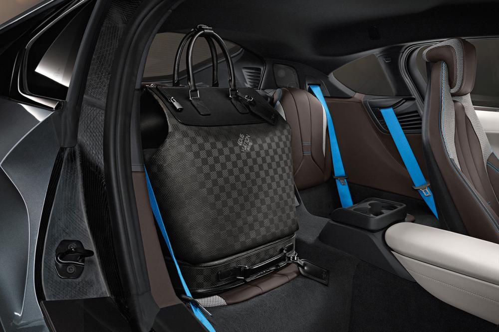 Exterieur_LifeStyle-Bagage-Louis-Vuitton-Bmw-i8_0