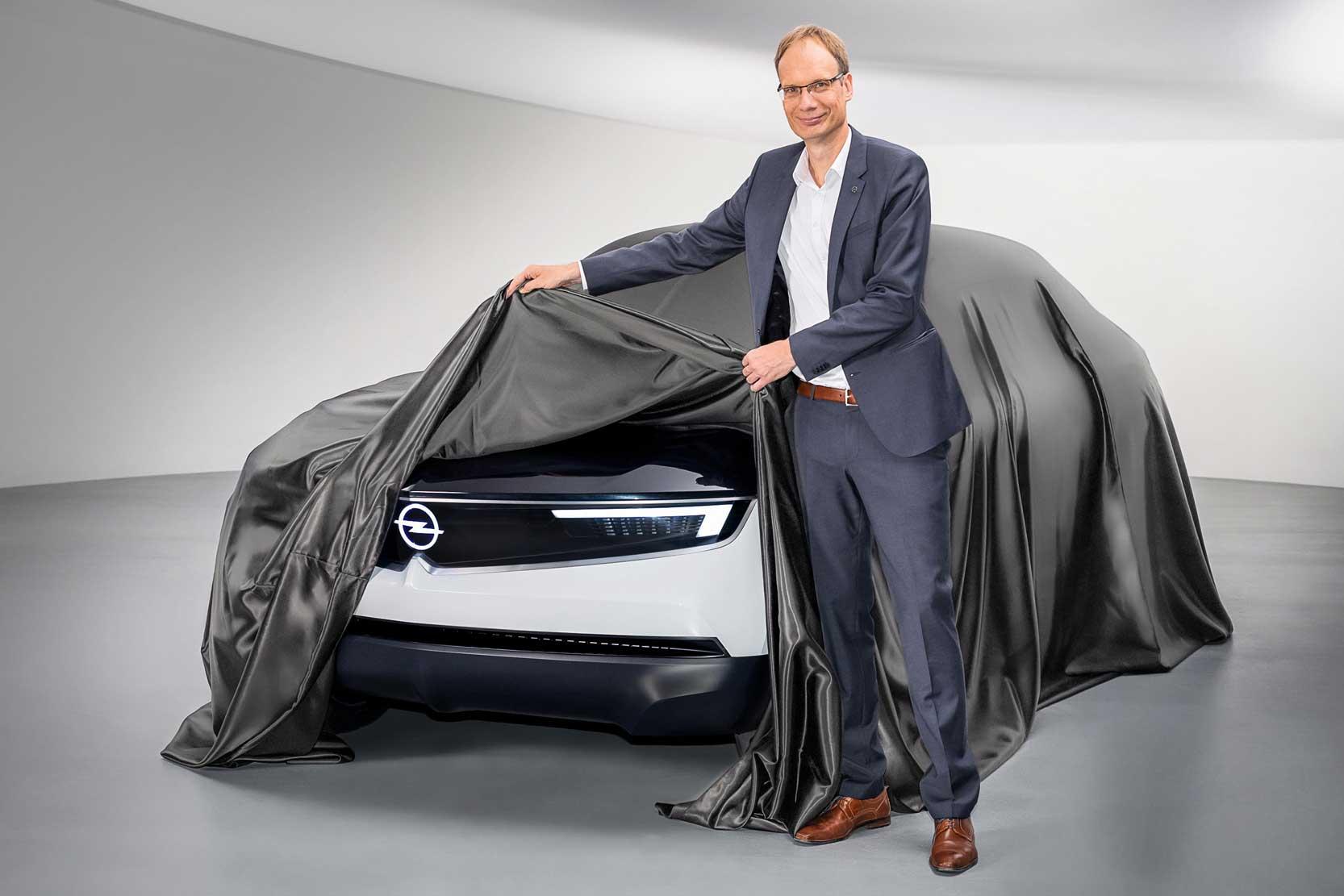 Le patron d'Opel, Michael Lohscheller, dévoile le nouveau site d'Opel. l'Opel Compass.