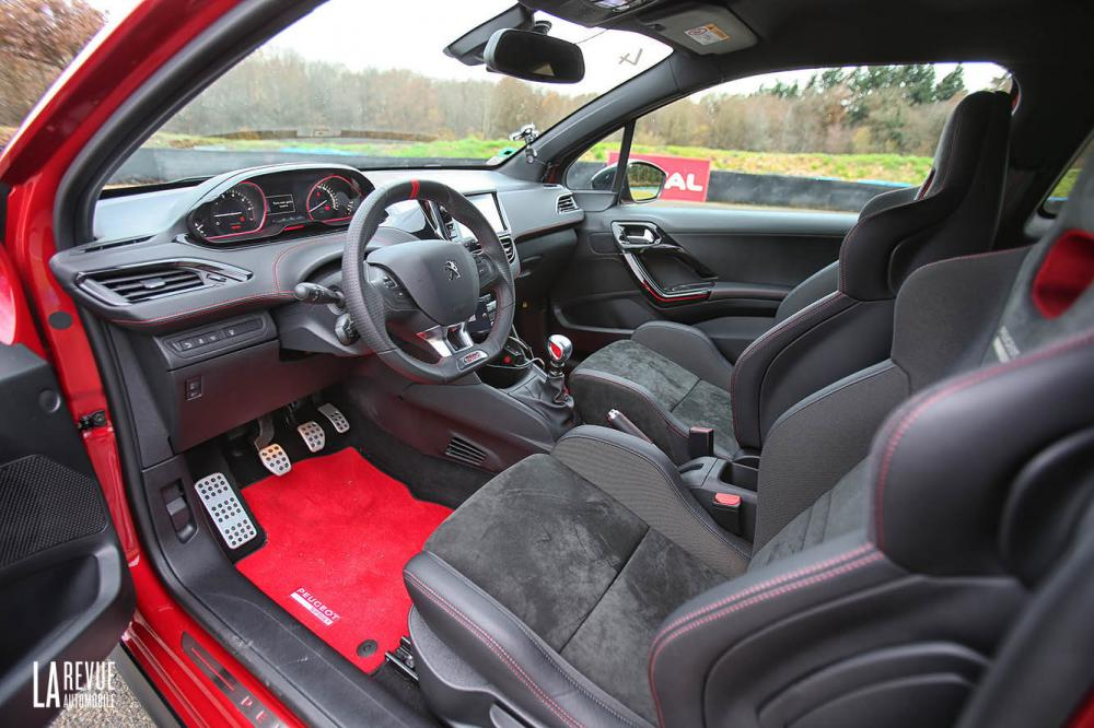 Interieur_Peugeot-208-GTi-30th-2015_22