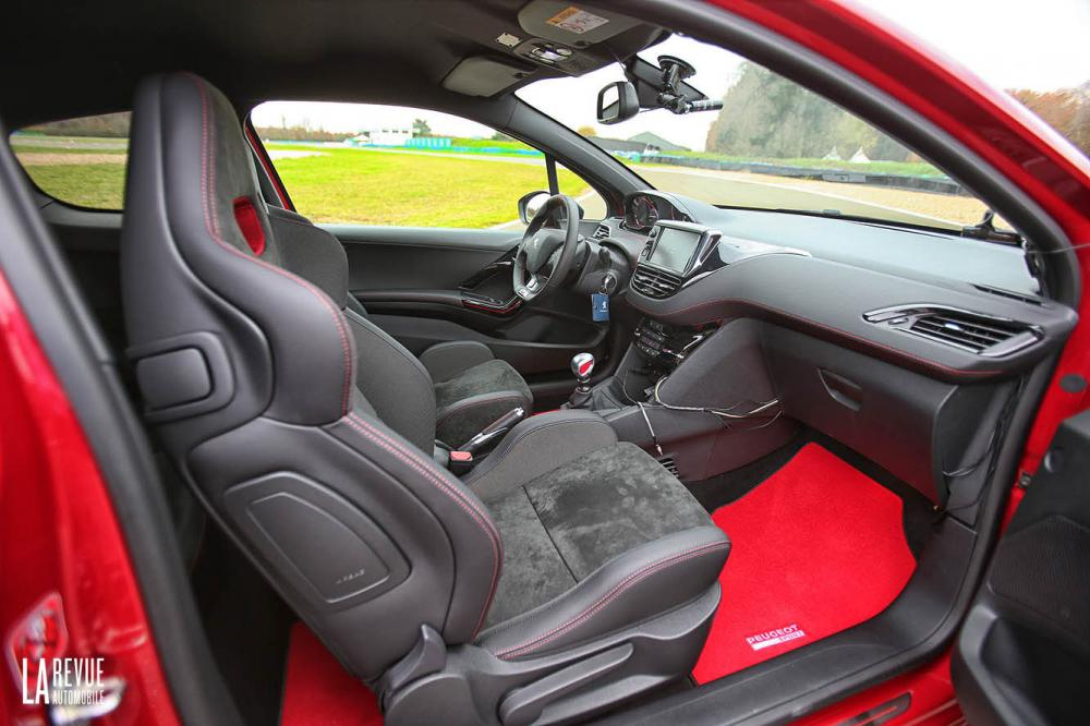 Interieur_Peugeot-208-GTi-30th-2015_21