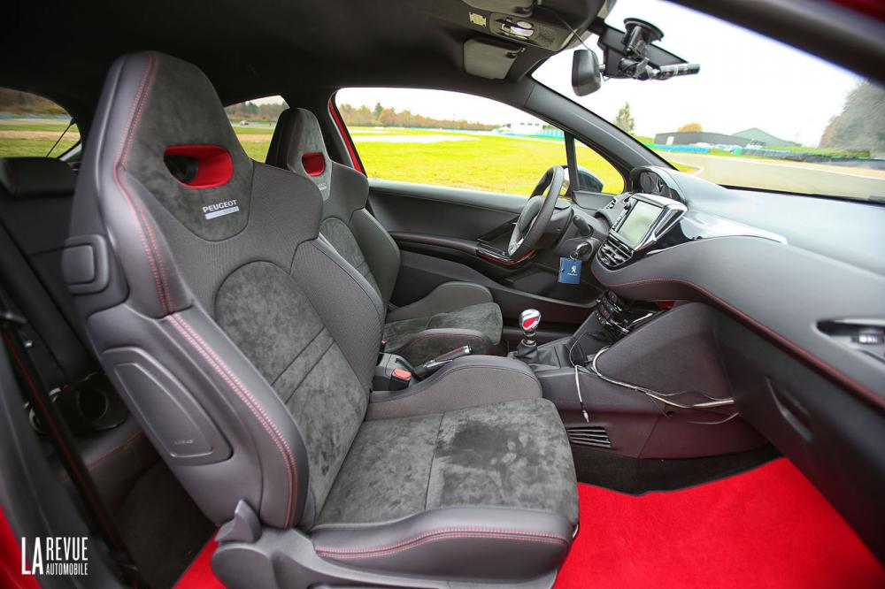 Interieur_Peugeot-208-GTi-30th-2015_23