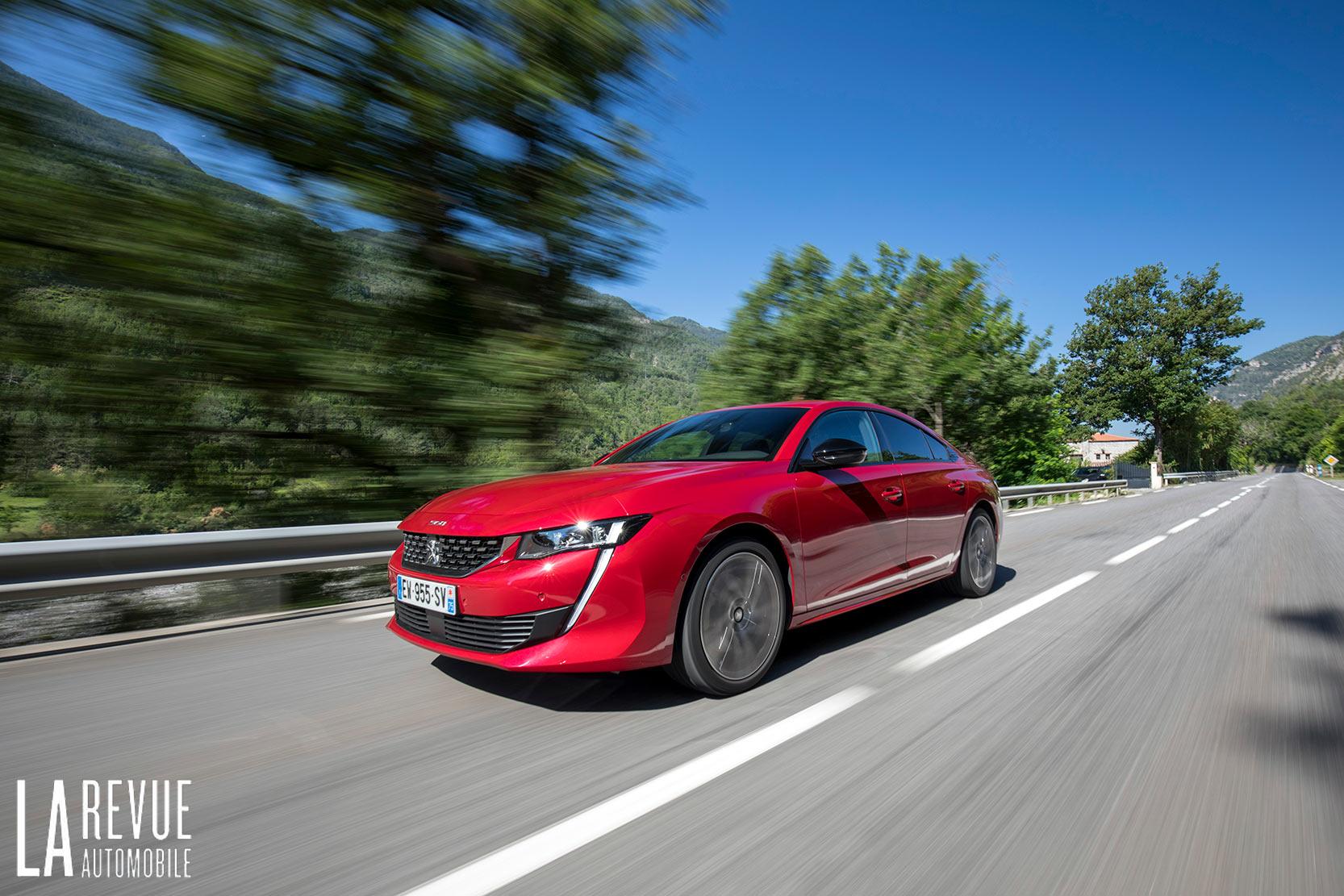 Essai de la nouvelle Peugeot 508 GT, en couleur rouge elle s'avance avec un style sportif