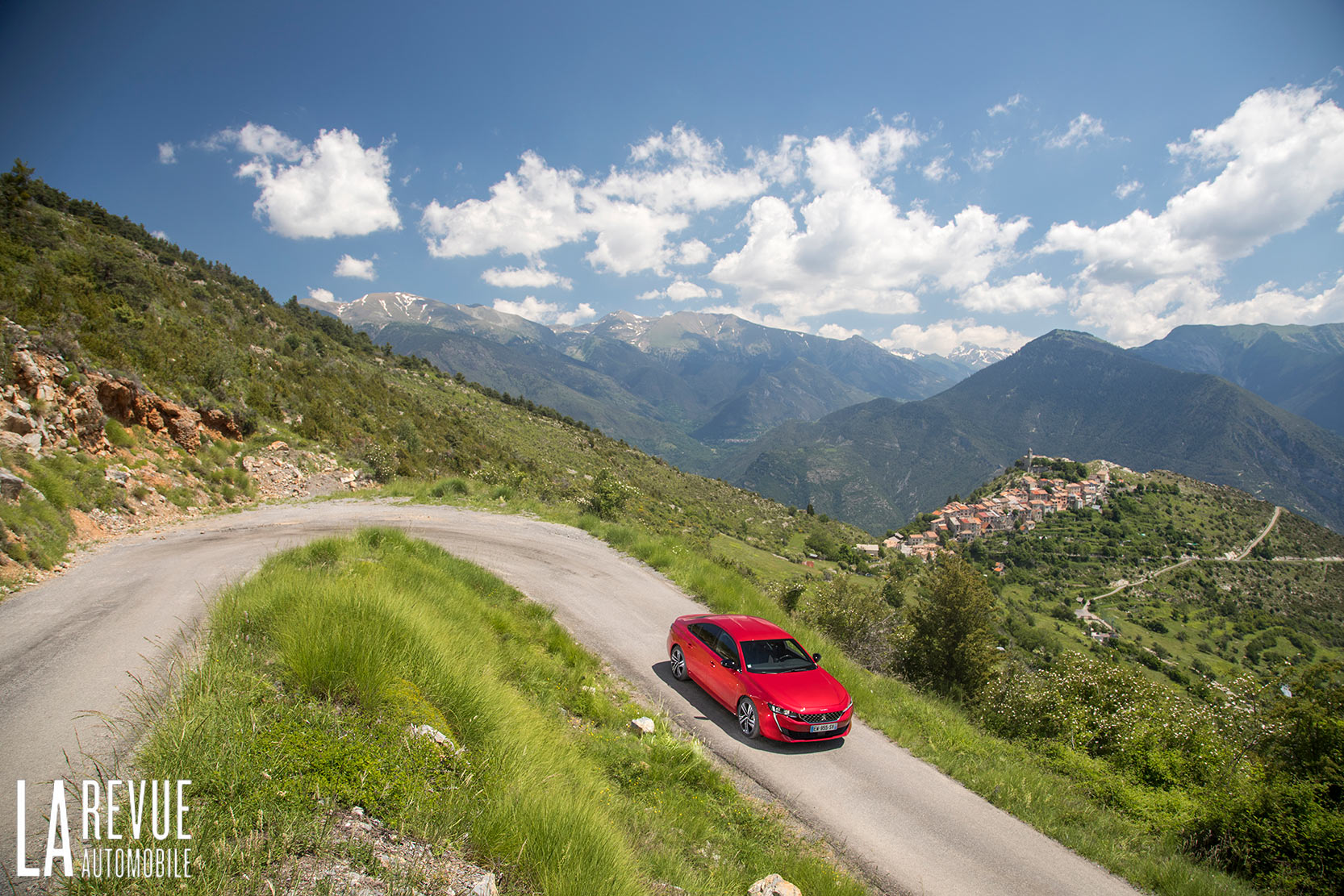 Peugeot 508 II GT et ses 225 chevaux sur une petite route de montagne