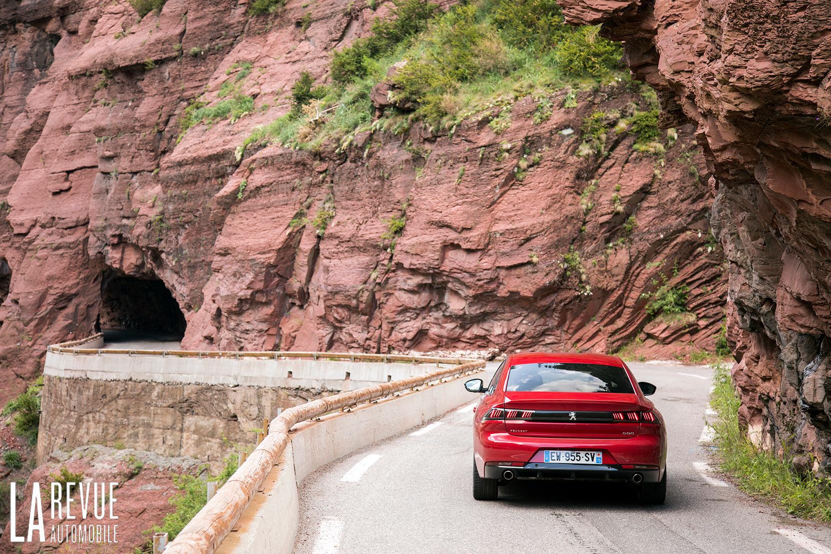 Arrière Peugeot 508 II GT, le bandeau des feux arrière fait son effet