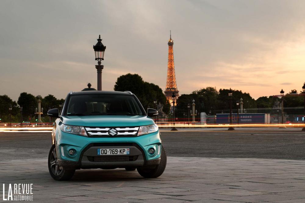Suzuki Vitara 1.6 DDiS à Paris avec la Tour Eiffel en fond