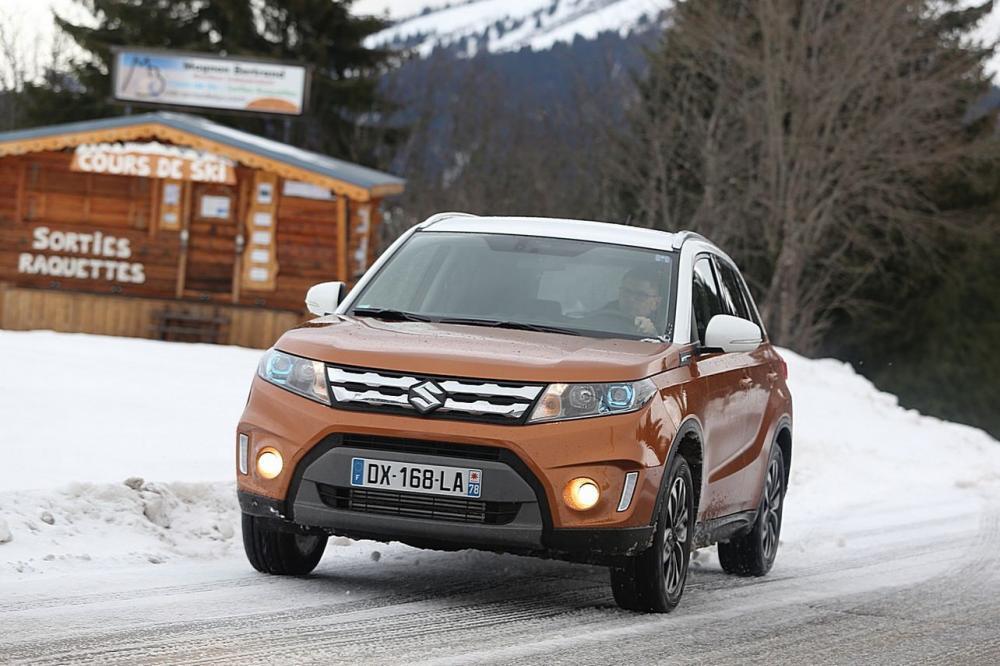 Suzuki Vitara AllGrip et son système 4x4 en action sur la neige.