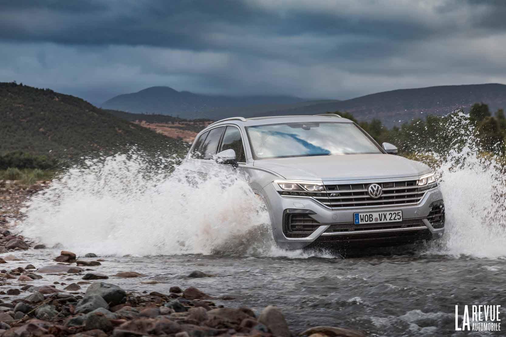 Le Volkswagen Touareg passe les court d'eau