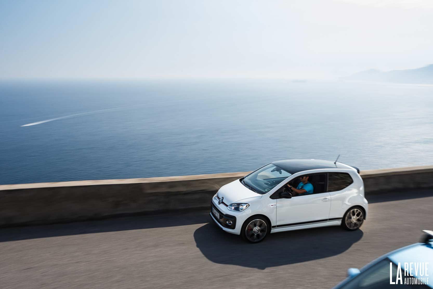 une vue de la route qui longe la côte amalfitaine avec la up! GTI