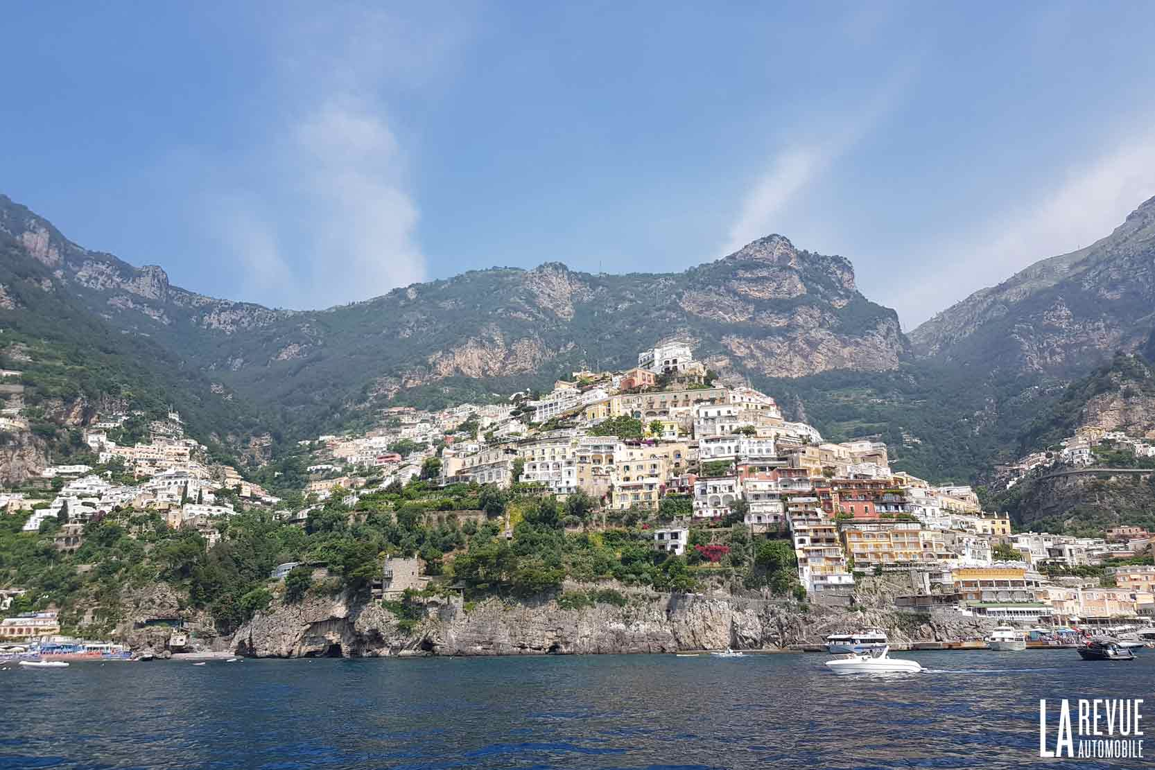 Une vue de bateau de la côte amalfitaine : voici Positano